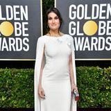 Wie eine Schneekönigin sieht Idina Menzel im perlenbesetzten, weißen Cape-Kleid aus.