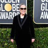 Schwarzer Anzug, dunkle Sonnenbrille: Katy Bates will wohl nicht erkannt werden.