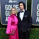 Adam Driver fällt neben seiner FrauJoanne Tucker im pinkfarbenen Retro-Dress fast gar nicht auf.