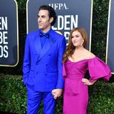 Das farbliche Hingucker-Paar des Abends sind Isla Fisher in Magenta und Sasha Baron Cohen in Royalblau.