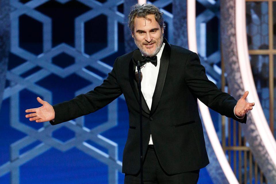 Joaquin Phoenix gewinnt den Golden Globe für den besten Hauptdarsteller in einem Drama - und stellt den Preis während seiner Rede auf dem Boden ab.