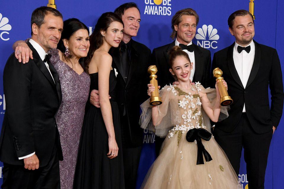 """Das Ensemble von """"One Upon a Time in Hollywood"""" (v.l.n.r.): David Heyman, Shannon McIntosh, Margaret Qualley, Quentin Tarantino, Julia Butters, Brad Pitt und Leonardo DiCaprio. Einen Golden Globe haben Pitt und Tarantino erhalten."""