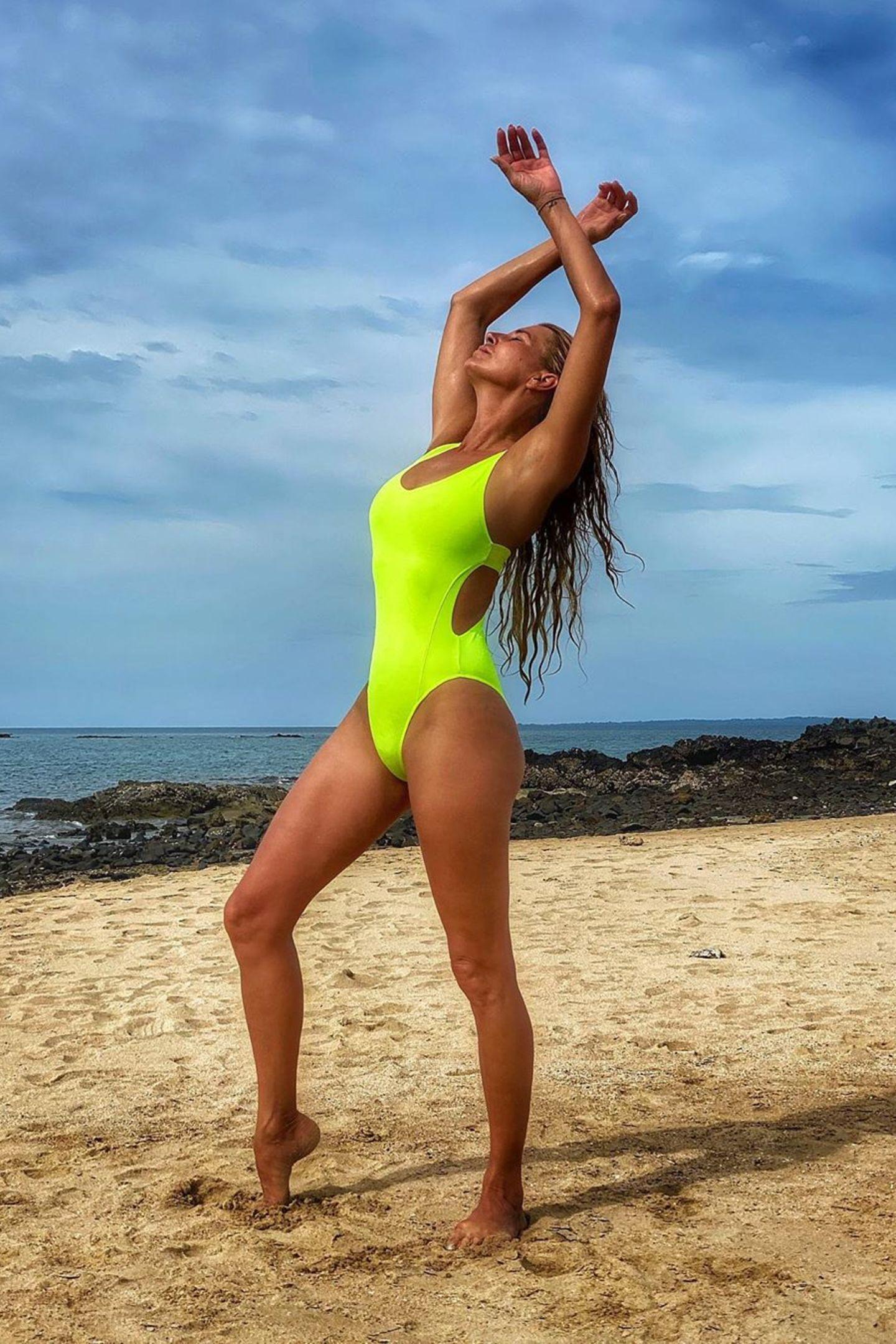 Baywatch-Nixe? Bikinimodel? Nein, dieses Foto zeigt den Traumkörper von Moderatorin und DJane Giulia Siegel. Mit ihren 45 Jahren braucht die sich hinter keinem Nachwuchsmodel verstecken und posiert voller Stolz im neongelben Badeanzug.