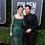 Rose Leslie im smaragdfarbenen Schmuckstein-Dressund ihr Mann Kit Harington haben ihren Spaß bei den Globes.