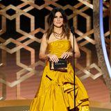 Sandra Bullock zeigt sich auf der Bühne im goldig changierenden, asymmetrischen Outfit.