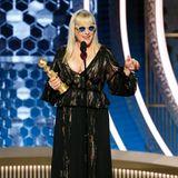 Ganz cool mit Sonnenbrille und besonders tiefem Dekolleté hält Patricia Arquette ihre Dankesrede.