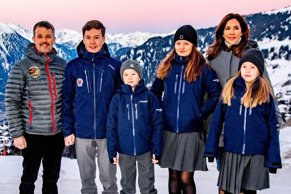 """6. Januar 2020  Für die dänische Kronprinzenfamilie beginnt ein aufregendes Jahr. Die Geschwister Prinzessin Josephine, Prinz Vincent,Prinzessin Isabella und Prinz Christian besuchen nun die """"Lemania-Verbier International School"""" in der Schweiz. Zu diesembesonderen Lebensabschnitt gibt es auch ein hübsches Familienfoto mit den stolzen Eltern Prinz Frederik und Prinzessin Mary."""