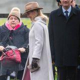 Das Hutmodell ist deshalb kein unbekanntes, da Gräfin Sophie von Wessex vor Weihnachten ebenfalls auf den Hicks & Browns Hutzurückgreift. Der Hut, mit seiner Federverzierung erinnert an die Jagd und passt hervorragend zum Landsitz Sandringham.