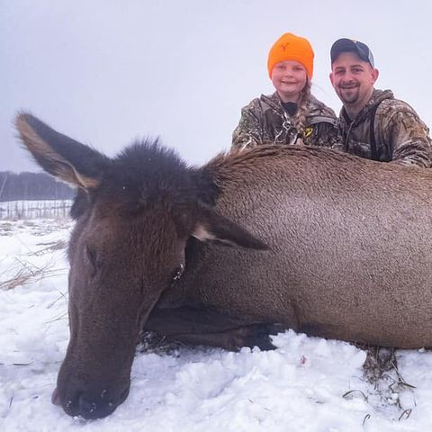 Braleigh und ihr Vater Gunnar posieren stolz vor ihrer Beute
