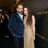 """Die """"Marvelous Mrs. Maisel""""-Stars TonyShalhoub und MarinHinkle gäben ein schönes Style-Paar ab, sind aber nur in der Serie verheiratet. Sie besuchen die Party von Amazon Studios."""