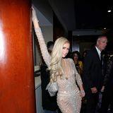 Im Glitzer-Dress setzt sich Paris Hilton in Szene.
