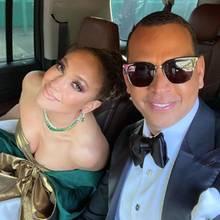 """Auf den Weg zu der Verleihung der Golden Globes nehmen sich Jennifer Lopez und ihr Verlobter Alex Rodriguez noch einen kurzen Moment Zeit für ein süßes Pärchen-Selfie. Auch wenn J.Lo am Ende keinen Award für """"Hustlers"""" bekommt, ihren Hauptgewinn hat sie bereits an ihrer Seite."""