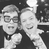 """Taron Egerton und Elton John haben mit """"Rocketman"""" ordentlich abgesahnt. Sie freuen sich über ihre Preise für den besten Filmsong bzw. für den besten Hauptdarsteller."""