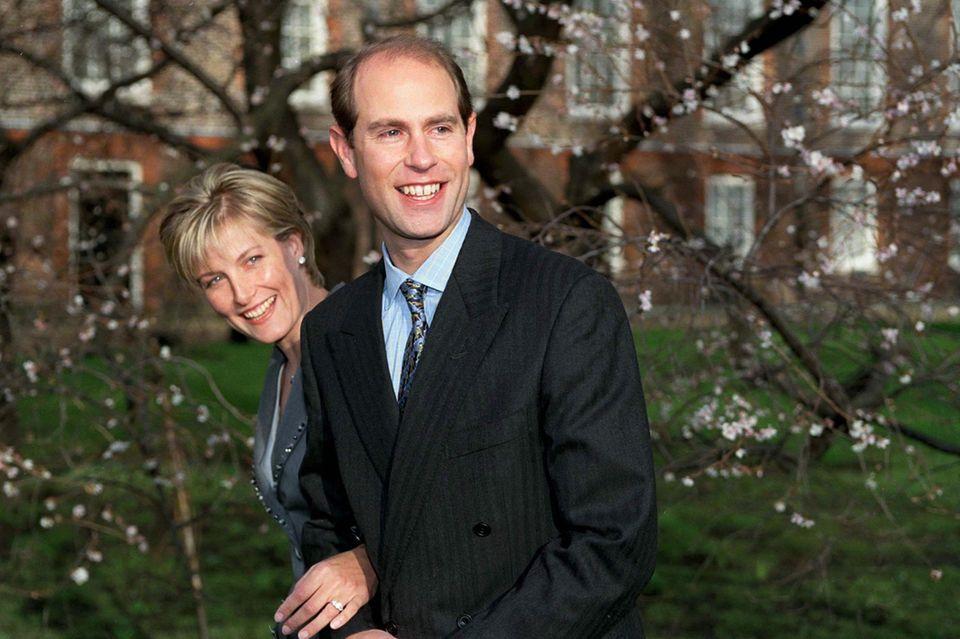 6. Januar 1999: Sophie Rhys-Jones und Prinz Edward  Am 6. Januar 1999 verkündet Prinz Edward, der jüngste Sohn von Queen Elizabeth und Prinz Philip, die Verlobung mit seiner Freundin Sophie Rhys-Jones, die er sechs Jahre zuvor bei einem Tennisturnier kennengelernt hatte. Das Paar heiratet am 19. Juni 1999 und bekommt zwei Kinder, Lady Louise und James, Viscount Severn.