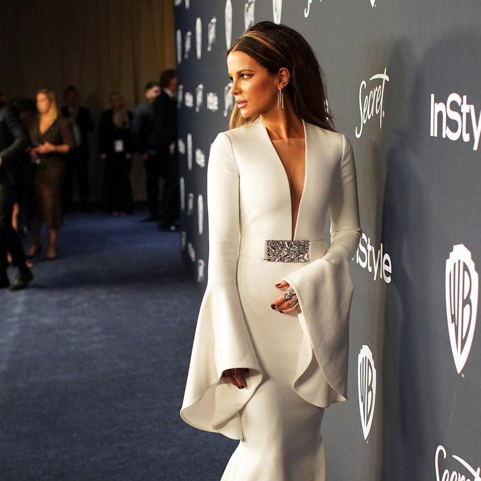 Kate Beckinsale sieht im weißen Red-Carpet-Look von Romona Keveza einfach umwerfend aus. Sie besucht die Golden-Globe-Party von InStyle und Warner Bros.