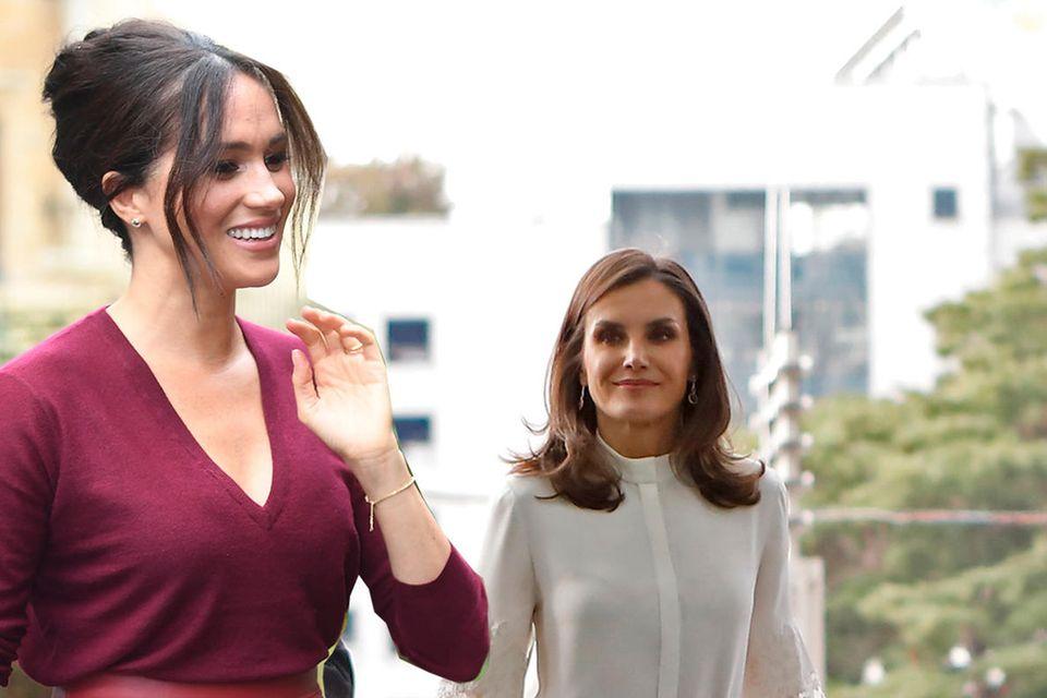 Einen Tag nach Königin Letizias Auftritt, zeigt sich auch Herzogin Meghan in dem roten Lederrock von Boss.