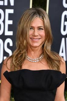 In einer schwarzen Dior-Robe mit Schleppe begeistert Jennifer Aniston bei der Verleihung der Golden Globes 2020. Doch es ist nicht ihr Couture-Dress, das alle Blicke auf die Schauspielerin zieht, sondern ihre funkelnde Halskette. Das doppelreihige Schmuckstückaus dem HauseCartier stammt aus dem Jahr 1950 und ist eine Kreation aus runden sowie rechteckigen Diamanten. Eine besonders elegante und stilvolle Halskette, die von dem Schmuck einer anderen Hollywood-Ikone inspiriert sein könnte ...