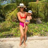 Was für eine sexy Mama! UK-Moderatorin Vogue Williams strahlt im zweifarbigen Bikini und mit Söhnchen Theodore auf dem Arm mit der karibischen Sonne um die Wette.