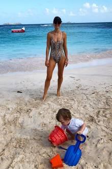 Wild geworden: Während der kleine Theodore glücklich im Sand buddelt, posiert seine superfitte Mama Vogue Williams im Leo-Badeanzug.