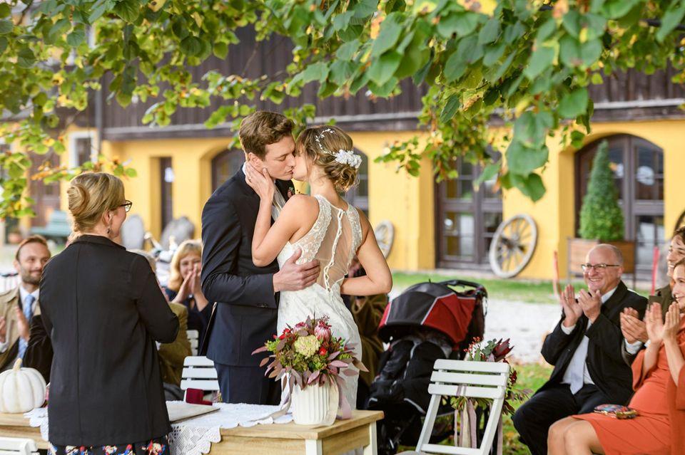Sealed with a kiss:Henry (Patrick Dollmann, 2.v.l.) und Jessica (Isabell Ege, 3.v.l.) sind verheiratet.