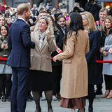 Dazu trägt sie ihr Haar offen. Selbst die Pumps sind farblich perfekt auf den Look abgestimmt - einzig die nackten Beine überraschen, herrschen in London doch noch winterliche Temperaturen.