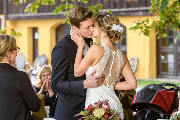 Kuss für Henry! Jessica zeigt in diesem Foto die sexy Rückenansicht ihres Brautkleides.