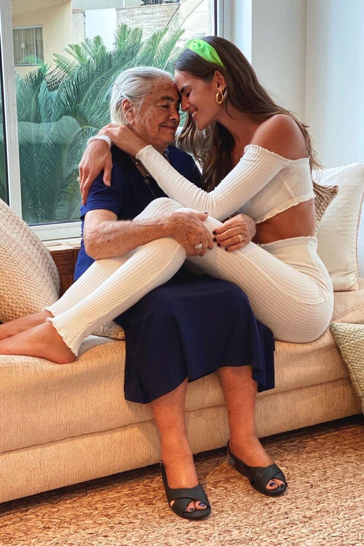 Izabel Goulart umarmt ihre Oma