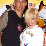 Pink und Carey Hart  Die Sängerin und der Motocrossfahrer feiern bereits ihren 14. Hochzeitstag. Die wildeHaarpracht hat sich inzwischen etwas gelegt, dafür sind ein paar Tattoos und zwei süße Kids hinzugekommen.