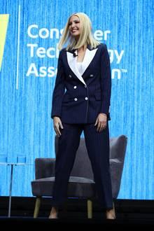 """Ivanka Trump zeigt sich bei derConsumer Electronics Show in Las Vegas sehr maskulin. Ob der strenge Look an den jüngsten politischen Entscheidungen ihres Vaters liegt? Sie erwähnt ihn in ihrer Rede jedenfalls nur zweimal – und dann ganz nüchtern unter """"der Präsident"""". Aber so oder so: Der dunkelblaue Zweiteiler mit Nadelstreifen und weißen Details steht ihr gut."""