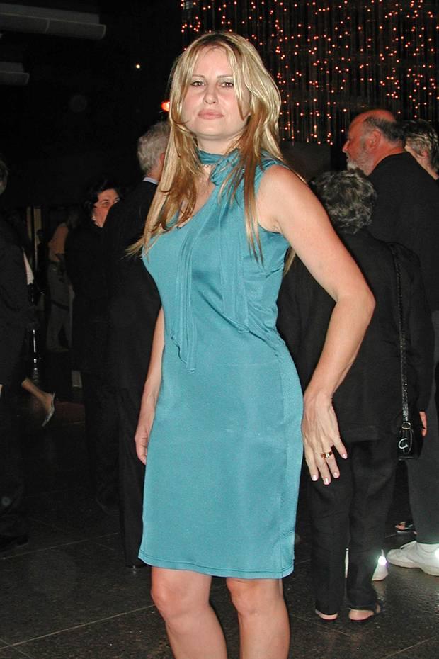 """Blond mit sinnigen Lippen, so haben wir Schauspielerin Jennifer Coolidge 1999 in American Pie kennen und lieben gelernt. Bei der Premiere""""Best In Show"""" im Jahr 2000 bringt sie neben den ganzen schwarz gekleideten Menschen die erfrischende farbliche Brise mit in den Raum."""
