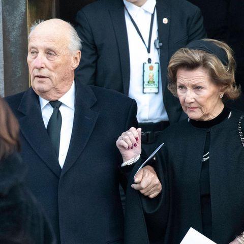 König Harald und Königin Sonja (r.) bei der Trauerfeier für ihren Ex-Schwiegersohn Ari Behn am 3. Januar 2019.