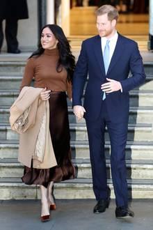 7. Januar 2020  Herzogin Meghan und Prinz Harry strahlen überglücklich, als sie das Canada House in London besuchen. Das Paar trifft dort Janice Charette, die kanadischeBotschafterin in Großbritannien, um sich für die Gastfreundschaft während ihres Aufenthalts in Kanada zu bedanken. Nur einen Tag später, am 8. Januar 2020, geben Meghan und Harry ihren Ausstieg als Senior-Royals bekannt.