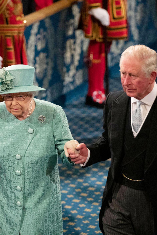 19. Dezember 2019  Nach den Neuwahlen in Großbritannien eröffnet Queen Elizabeth das Parlament in London, wo sie - diesmal mit Hut statt Krone - das Regierungsprogramm von Premierminister Boris Johnson verliest. Unterstützendan ihrer Seite führt Prinz Charles seine Mutter zum Thron im Oberhaus.
