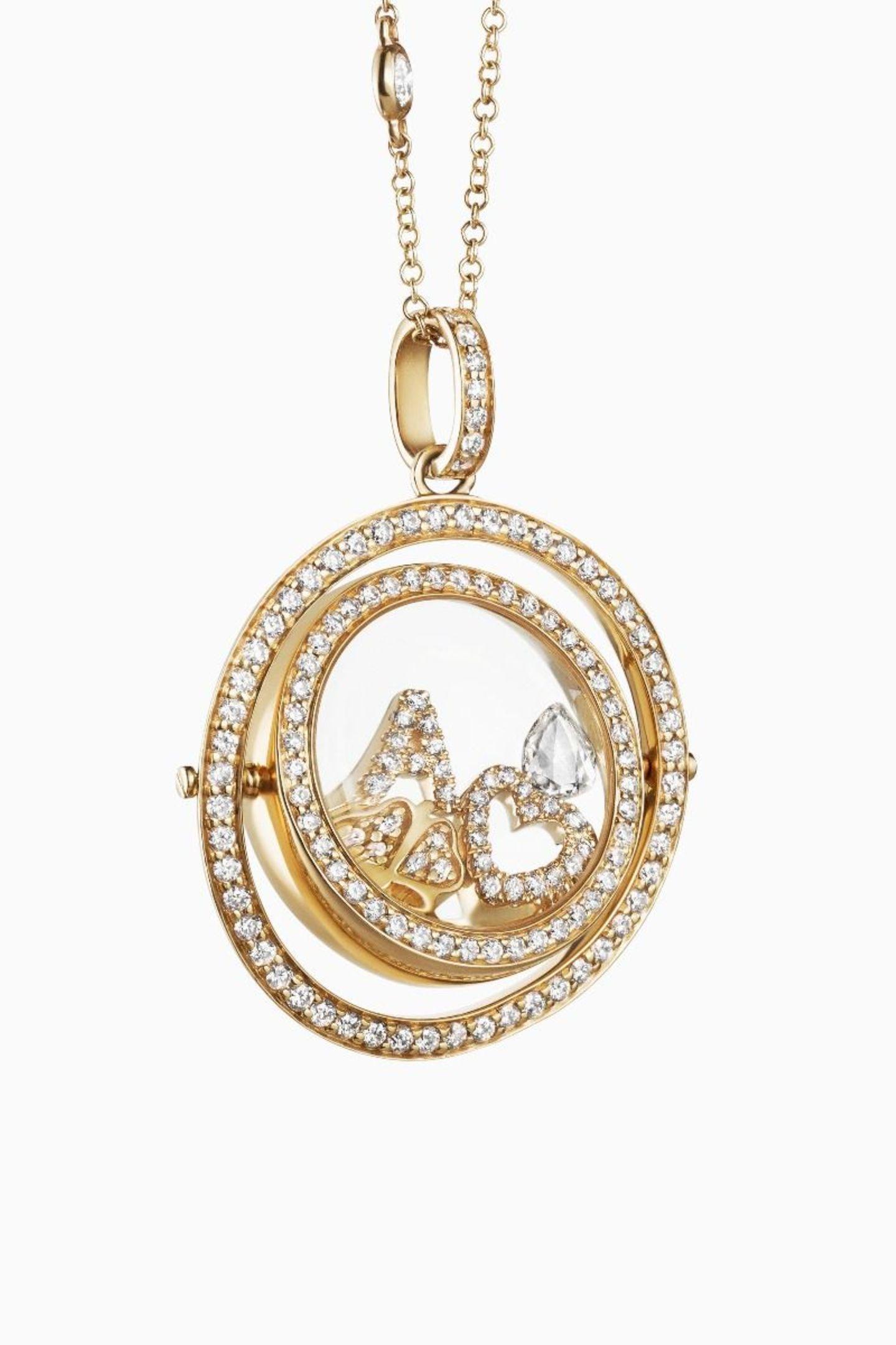 Ganz nah am Herzentragen wir die individuell kombinierbaren Charms, die unsere wichtigsten Schätze und Werte symbolisieren. Dank zahlreicher Diamanten und feinstem 18-Karat-Gelbgold ist das bewegliche Medaillon ein luxuriöser Begleiter für jeden Tag. Von Loquet, ab ca. 8100 Euro