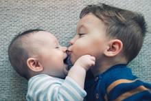 Zwei kleine Brüder kuscheln