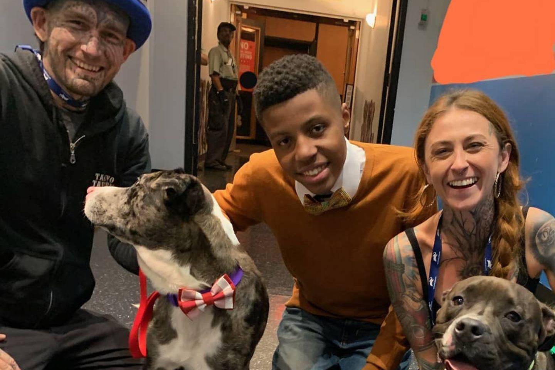 Sir Daris Brown mit zwei fröhlichen Tierheimhunden