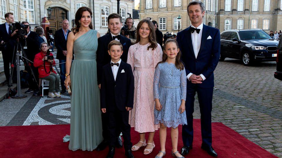 PrinzessinMary mit ihren vier Kindern, Prinz Christian,Prinz Vincent, Prinzessin Isabella, PrinzessinJosephine undPrinzFrederik