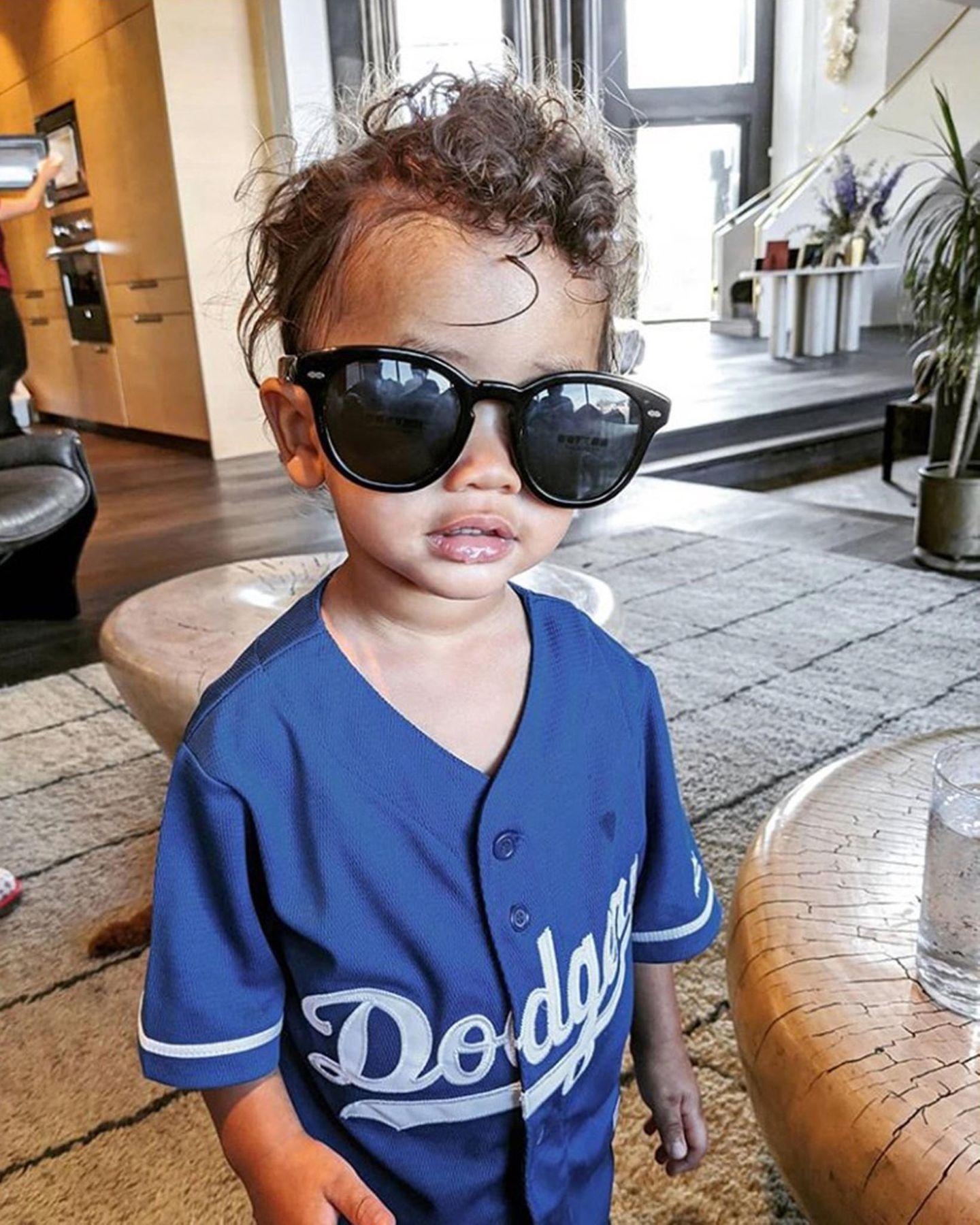 9. Januar 2020  Cooler wird's nicht mehr im Hause Legend-Teigen: Sohnemann Miles erobert mit dunkler Sonnenbrille und Baseballshirt ganz lässig alle Herzen.
