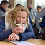 """Reese Witherspoon und Sohnemann Tennessee entkommen dem winterlichen Schmuddelwetter mit einer heißen Schokolade. """"Kakao macht einfach alles besser"""", kommentiert die Genießerin den Schnappschuss auf Instagram und verrät damit gleichzeitig ihren liebsten Seelenwärmer."""
