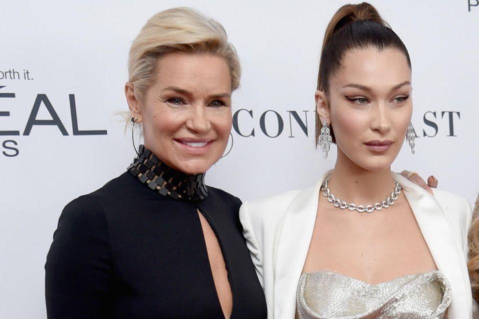 Auch Model Bella Hadid und Mama Yolanda Hadid sind an Lyme-Borreliose erkrankt. Schon mehrmals haben sie in der Öffentlichkeit darüber gesprochen, wie sehr sie die Krankheit phasenweise einschränkt.