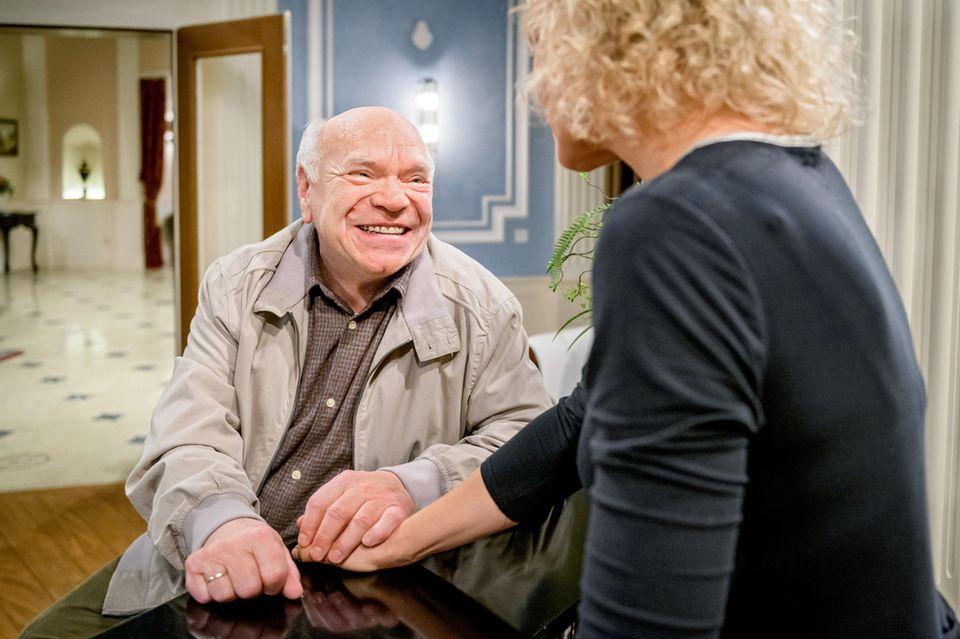 Natascha (Melanie Wiegmann, r.) lässt Walter (Hans-Jürgen Silbermann, l.) in dem Glauben, dass Poppy noch lebt.
