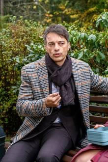 Robert (Lorenzo Patané) und Franzi (Léa Wegmann) im Gespräch.