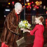"""11. Januar 2020  Königin Margrethe feiert den 100. Jahrestag der Wiedervereinigung von Südjütland und Dänemark im königlichen Theater in Kopenhagen. Bei der Galaveranstaltung bekommtsie zur Begrüßung einen Blumenstrauß überreicht. Modisch sind dieKönigin und das """"Blumenmädchen"""" dabei ganz auf einer Linie, sie setzenstilsicher aufroyales Rot."""