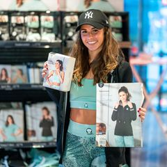Anlässlich ihrer neuen Fitness-Kollektion gibt Sarah Lombardi gut gelaunt Autogramme in einem REWE-Markt in Köln. Die Sängerin hat exklusiv für die Supermarktkette trendigeSportmode entworfen.