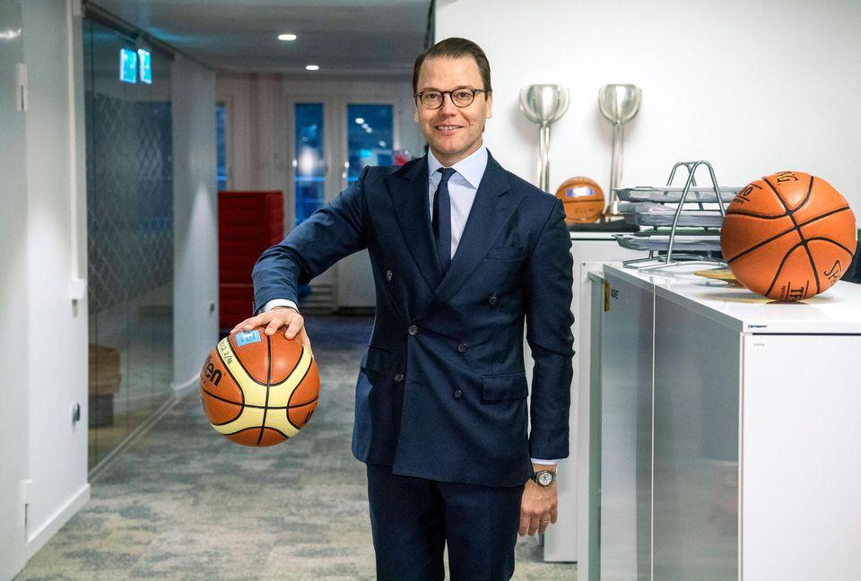 10. Januar 2020  Prinz Daniel besucht den schwedischen Basketballverband in Stockholm und zeigt sich selbst im schicken Anzug von seiner sportlichen Seite. Die erste Dribbling-Übung besteht er mit Bravour.