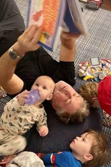 10. Januar 2020  Dass Alec Baldwin ein toller Papaist, haben wir schon mitbekommen. Mit diesem unterhaltsamen Schnappschuss beweist seine FrauHilaria auch, dass ihn so schnell nichts aus der Ruhe bringen kann. Ganz entspannt liegt er zwischen den Kids und geht seinen väterlichen Pflichten im Vorlesen nach.