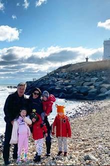 1. Januar 2020  Familie Baldwin schickt mit diesem Familienportrait einen Gruß zum Jahresbeginn. Ein besonders Detail zu dieser Aufnahme verrät Hilaria Baldwin in ihrem Instagram-Post: Hinter dem Leuchtturm haben sie und Ehemann Alec sich verlobt. Einige Jahre später krönen nun vier süße Kids ihr Liebesglück.
