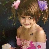 """Kaia Gerber  Eine Zuckerschnute zum Anbeißen: Kaia Gerber, die Tochter von90s-Supermodel Cindy Crawford und Rande Gerber, hatte schon immer ihren eigenen Stil, wie dieses niedliche Foto aus Kindheitstagen beweist. Auch das Flirten mit der Kamera beherrscht die kleine Kaia schon perfekt. Bei diesem Lächeln muss auch ihre Mutter den Schnappschuss mit den Worten """"Mein süßer Knirps"""" auf Instagram kommentieren."""