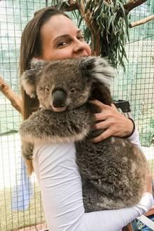 Hollywood-Star Hilary Swank teilt dieses süße Koala-Foto aus einem traurigen Anlass. Mit ihrem Instagram-Post drückt die Schauspielerin ihrMitgefühl für die vielen Millionen Tiere aus, die den verheerenden Buschbränden in Australien bereits zum Opfer fielen.