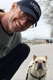 Hugh Jackman genießt seine freie Zeit, um endlich mal wieder mit Hund Dali zu spazieren. Und zum sonntäglichen Ausflug gehört natürlich auch ein gemeinsames Selfie.